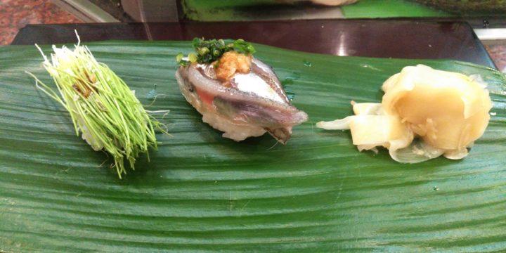 夜は広島の寿司屋で一杯。好物の小いわしと芽ネギのにぎりです。